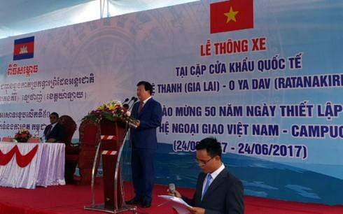 Upacara meresmikan jalan yang menghubungkan pasangan koridor perbatasan internasional Vietnam-Kamboja - ảnh 1