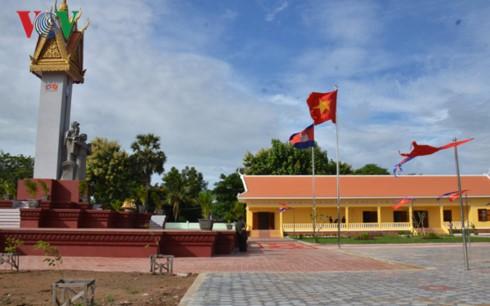 50 tahun hubungan Vietnam-Kamboja: Meresmikan Tugu Monumen Persahabatan Vietnam-Kamboja di provinsi Battambang, Kamboja - ảnh 1