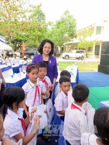 Wapres Vietnam, Dang Thi Ngoc Thinh berkunjung dan memberikan bingkisan kepada keluarga yang mendapat kebijakan prioritas di Provinsi Quang Nam - ảnh 1