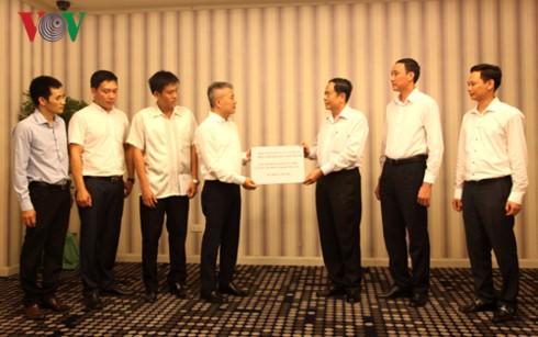 Kedutaan Besar Vietnam untuk Laos memberikan dana sumbangan kepada warga yang mengalami kerugian akibat hujan dan banjir - ảnh 1