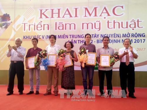 Pameran Seni Rupa yang terbuka daerah Vietnam Tengah, Vietnam Selatan dan daerah Tay Nguyen - ảnh 1