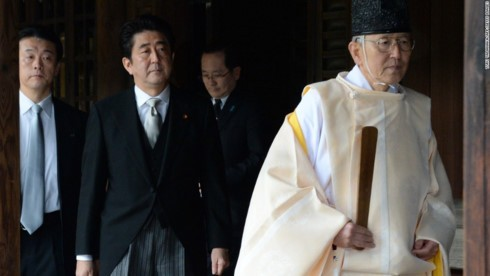 PM Jepang, Shinzo Abe mengirim benda sajian ke Kuil Yasukuni - ảnh 1