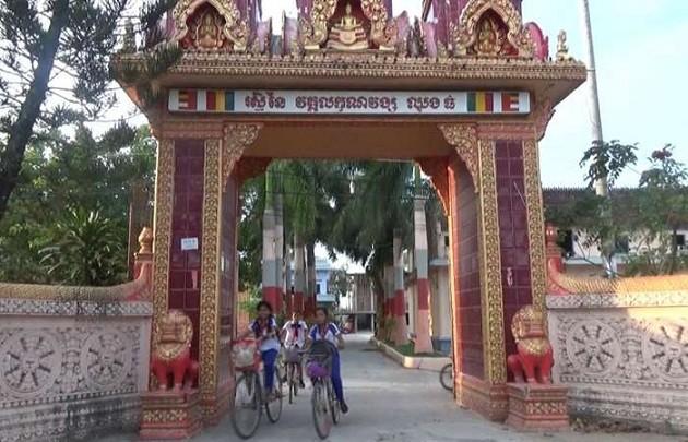 Pagoda Lakhanavong Xung Thum membantu para murid miskin bersekolah - ảnh 1
