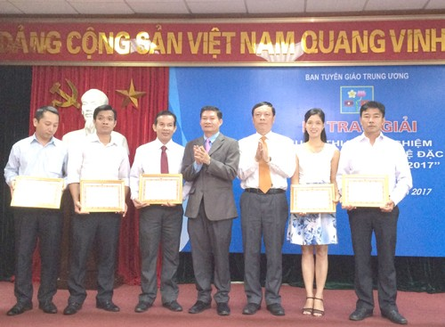 """Menyampaikan hadiah untuk sayembara """"Mencaritahu tentang sejarah hubungan istimewa Vietnam – Laos tahun 2017"""" - ảnh 1"""