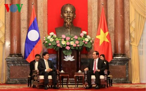 Para pemimpin Partai, Pemerintah dan Negara Vietnam menerima PM Laos, Thongloun Sisoulith - ảnh 2