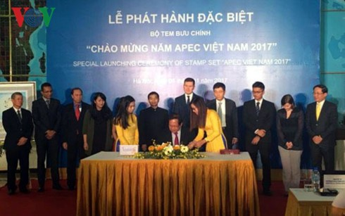 "Menerbitkan koleksi perangko ""Menyambut Tahun APEC Vietnam 2017"" - ảnh 1"