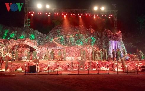 Pertunjukan kesenian untuk berterima kasih kepada para pahlawan dan martir - ảnh 1