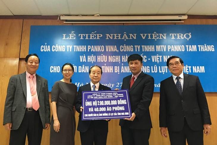 Asosiasi Persahabatan Vietnam-Republik Korea dan badan usaha Republik Korea bahu membahu membantu warga di daerah bencana alam - ảnh 1