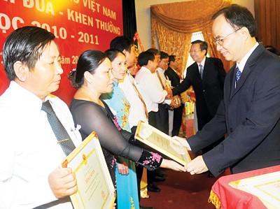 Во Вьетнаме отмечается День учителя - ảnh 1