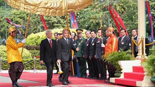 Церемония встречи Генерального секретаря ЦК КПВ в Королевском дворце Камбоджи - ảnh 1