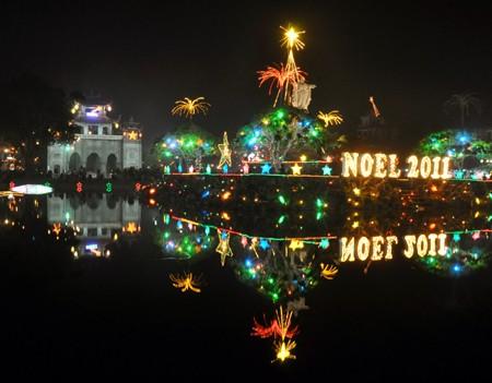 Рождественская атмосфера во Вьетнаме - ảnh 1