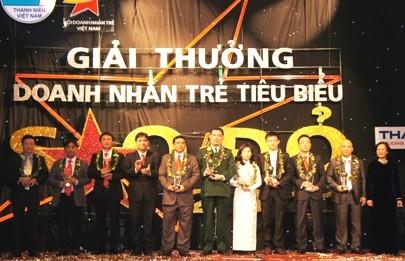 10 молодых вьетнамских бизнесменов получили премию «Красная звезда 2011» - ảnh 1