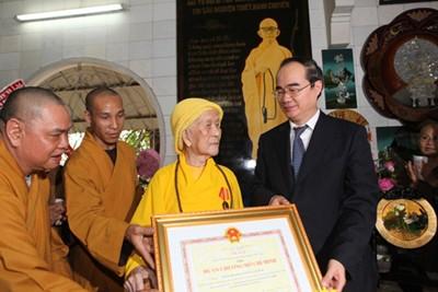 Вице-премьер СРВ Нгуен Тхиен Нян наградил Орденом Хо Ши Мина старших монахов - ảnh 1