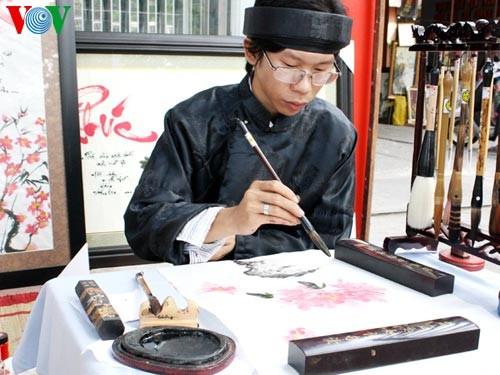 Искусство каллиграфии на улицах Сайгона в предновогодние дни   - ảnh 1
