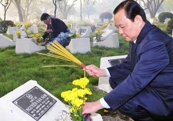 Делегация руководителей города Хошимин посетила городское кладбище павших солдат - ảnh 1