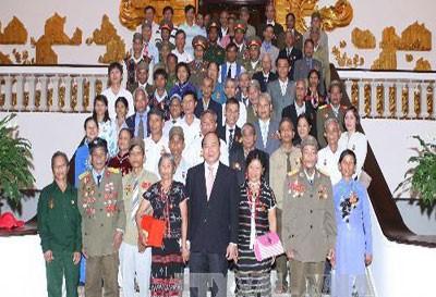 Вице-премьер Вьетнама Нгуен Суан Фук принял делегацию инвалидов войны,... - ảnh 1