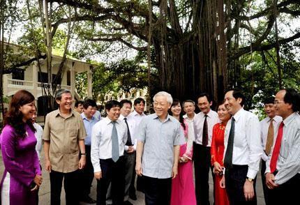 Генеральный секретарь ЦК КПВ Нгуен Фу Чонг посетил редакцию газеты «Нянзан» - ảnh 1