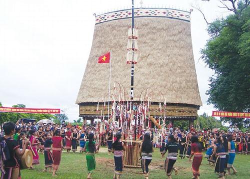Реставрация домов «ронг» и строительство новой деревни в провинции Контум - ảnh 1