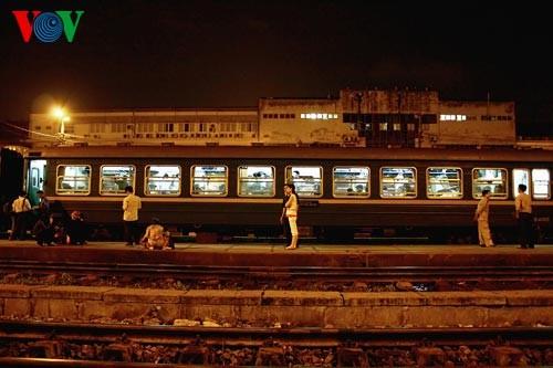 Ханойский вокзал в ночное время - ảnh 3
