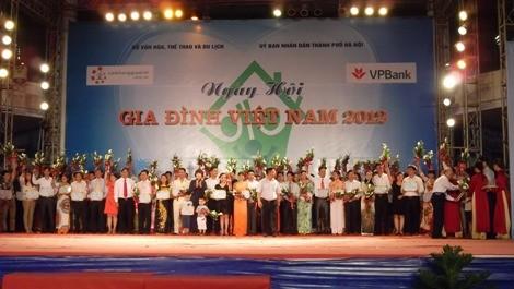 Названы 100 лучших молодых семей вьетнамской столицы - ảnh 1