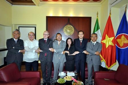 Посольство Вьетнама в Италии организовало церемонию поднятия флага АСЕАН - ảnh 1