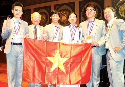 Посол Вьетнама в США поздравил вьетнамских школьников, завоевавших медали... - ảnh 1