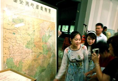 Экспонируется древняя географическая карта китайской династии Цин - ảnh 1