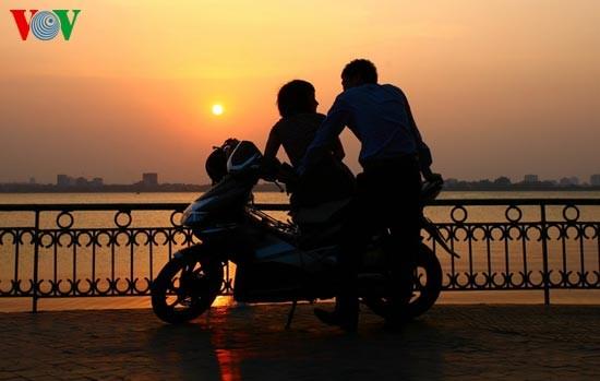 Закат солнца над Западным озером - ảnh 7