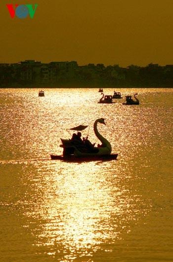 Закат солнца над Западным озером - ảnh 15