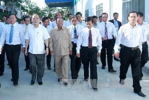 Нгуен Шинь Хунг и Хенг Сомрин посетили отделелия каучуковой корпорации Вьетнама - ảnh 1