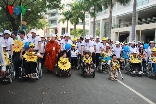 Участие президента СРВ в марше за детей-инвалидов - ảnh 5