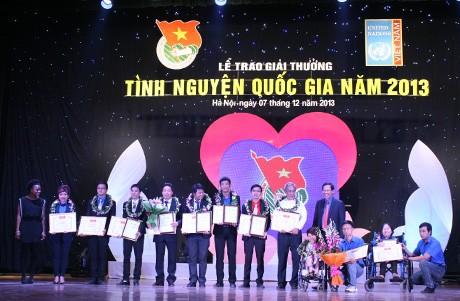Во Вьетнаме вручены призы «Акции волонтеров - 2013» - ảnh 1