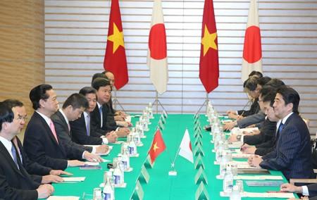Премьер-министр Нгуен Тан Зунг провел переговоры со своим японским коллегой Синдзо Абэ - ảnh 1