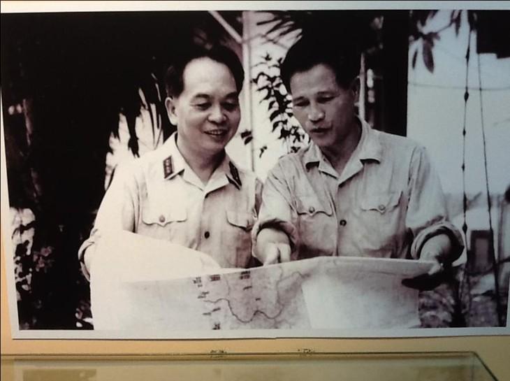 В Ханое открылась выставка «Жизнь и карьера генерала армии Нгуен Чи Тханя» - ảnh 3