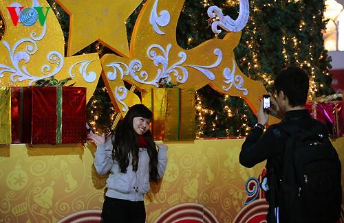 Рождественская атмосфера в Ханое - ảnh 10