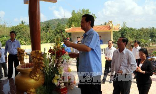 Thủ tướng Nguyễn Tấn Dũng dự khánh thành bia lưu niệm quân dân y tại huyện Hòn Đất - ảnh 1