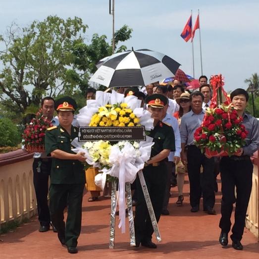 Lễ dâng hương tại khu lưu niệm Chủ tịch Hồ Chí Minh tại khu di tích Xiêng Vang - ảnh 1