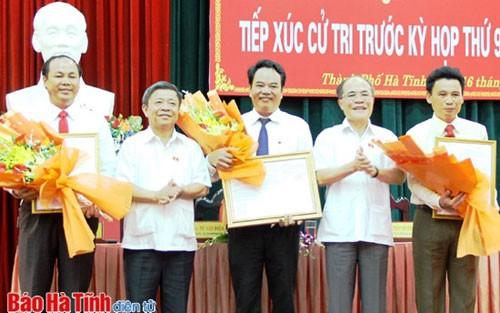 Chủ tịch Quốc hội Nguyễn Sinh Hùng tiếp xúc cử tri Hà Tĩnh - ảnh 1