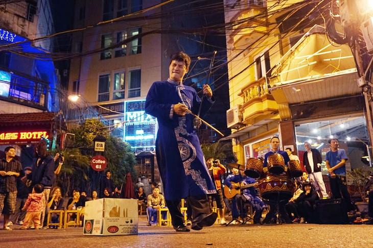 Sống động âm nhạc dân tộc trong đêm phố cổ Hà Nội - ảnh 1