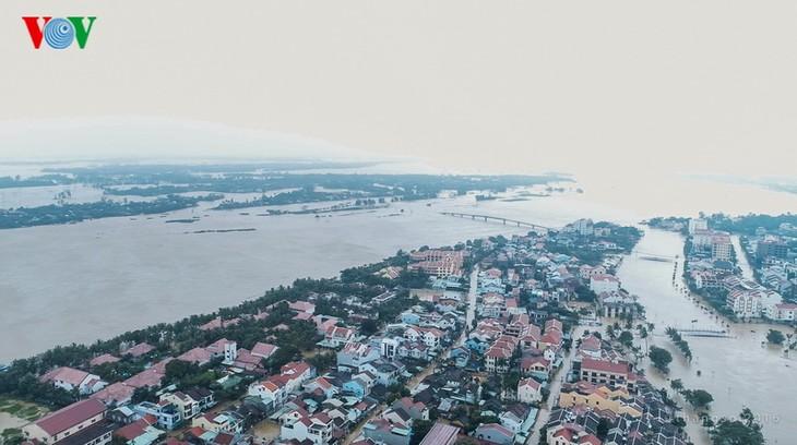 Phố cổ Hội An ngập chìm trong lũ lớn - ảnh 1