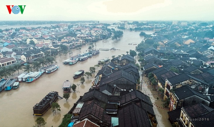 Phố cổ Hội An ngập chìm trong lũ lớn - ảnh 2
