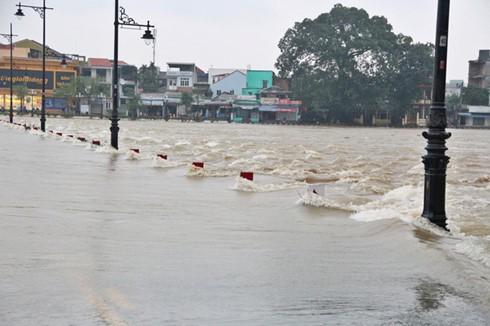 5 đợt mưa lũ liên tiếp trong hơn 1 tháng gây thiệt hại nặng nề cho người dân các tỉnh miền Trung - ảnh 1