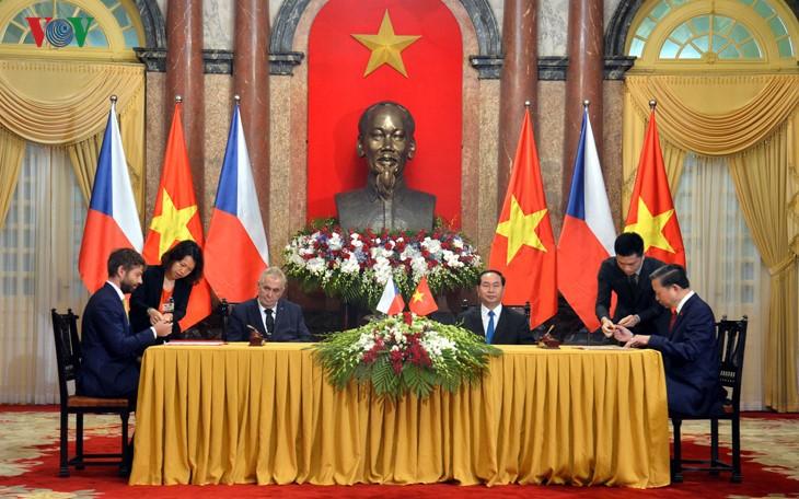 Tổng thống Cộng hòa Czech và Phu nhân kết thúc chuyến thăm cấp Nhà nước Việt Nam - ảnh 1