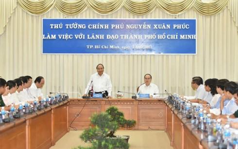 Thủ tướng Nguyễn Xuân Phúc làm việc với lãnh đạo Thành phố Hồ Chí Minh - ảnh 1