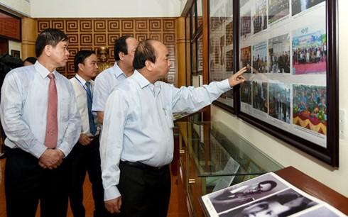 Thủ tướng Nguyễn Xuân Phúc dâng hương tại Khu di tích lịch sử lưu niệm Trung đoàn 52 Tây Tiến - ảnh 1