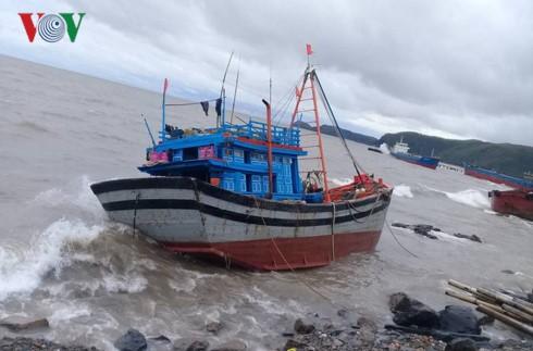 Quảng Bình: Bão số 2 (Talas) đánh chìm 27 tàu cá, 9 tàu hàng dạt vào bờ - ảnh 1