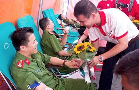 Thêm nhiều người hiến máu hưởng ứng Hành trình Đỏ 2017 - ảnh 1