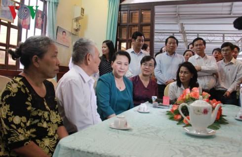 Chủ tịch Quốc hội Nguyễn Thị Kim Ngân thăm các gia đình chính sách tại Thành phố Hồ Chí Minh - ảnh 1