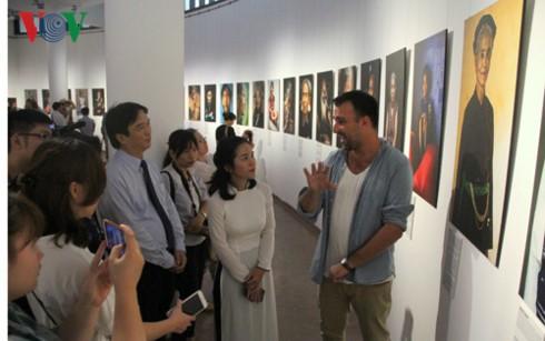 Trưng bày 35 bức ảnh về chân dung đồng bào các dân tộc Việt Nam - ảnh 2