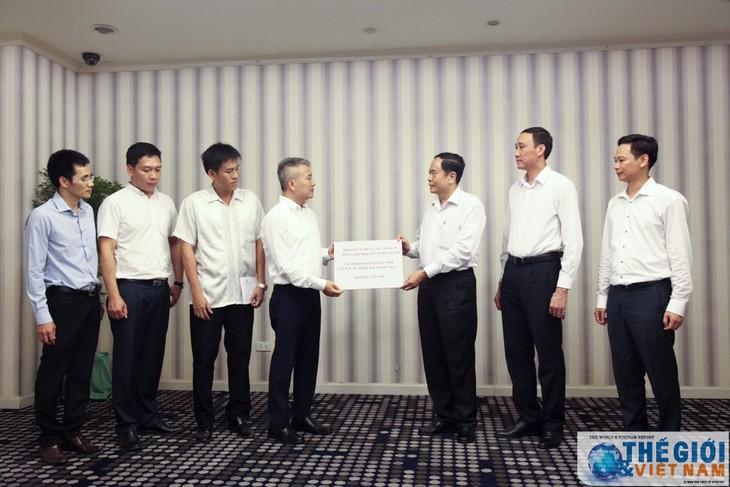 Đại sứ quán Việt Nam tại Lào trao tiền ủng hộ đồng bào bị thiệt hại do mưa lũ - ảnh 1
